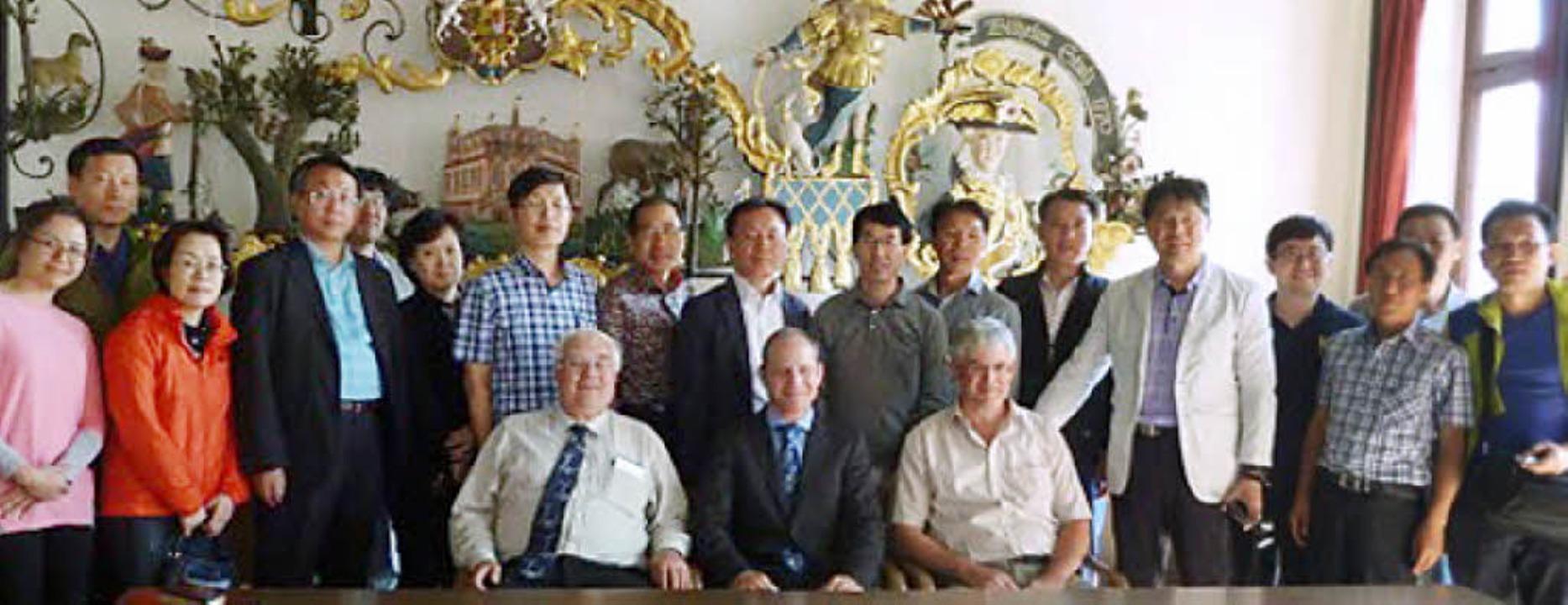 Die Delegation aus Seoul im Weisweiler...sowie Erhard Schulz und Klaus Schmidt.  | Foto: Privat