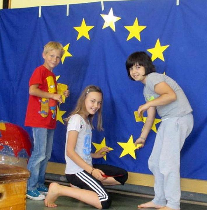 Stern um Stern hefteten die Köndringer...tklässler auf die europäische Flagge.   | Foto: Schule