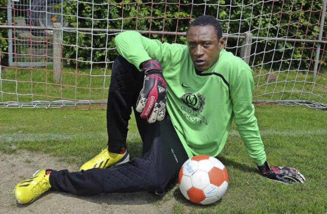 Jaufaru Burama, Flüchtling aus Togo, l...und spielt Fußball in Freiburg-Ebnet.   | Foto: Anja Bochtler