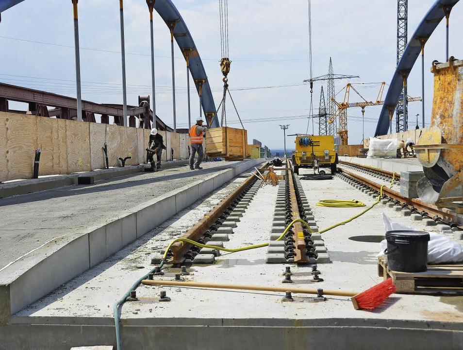 Die Gleise auf der Bogenbrücke warten auf den Zusammenschluss.  | Foto: Jochen Fillisch