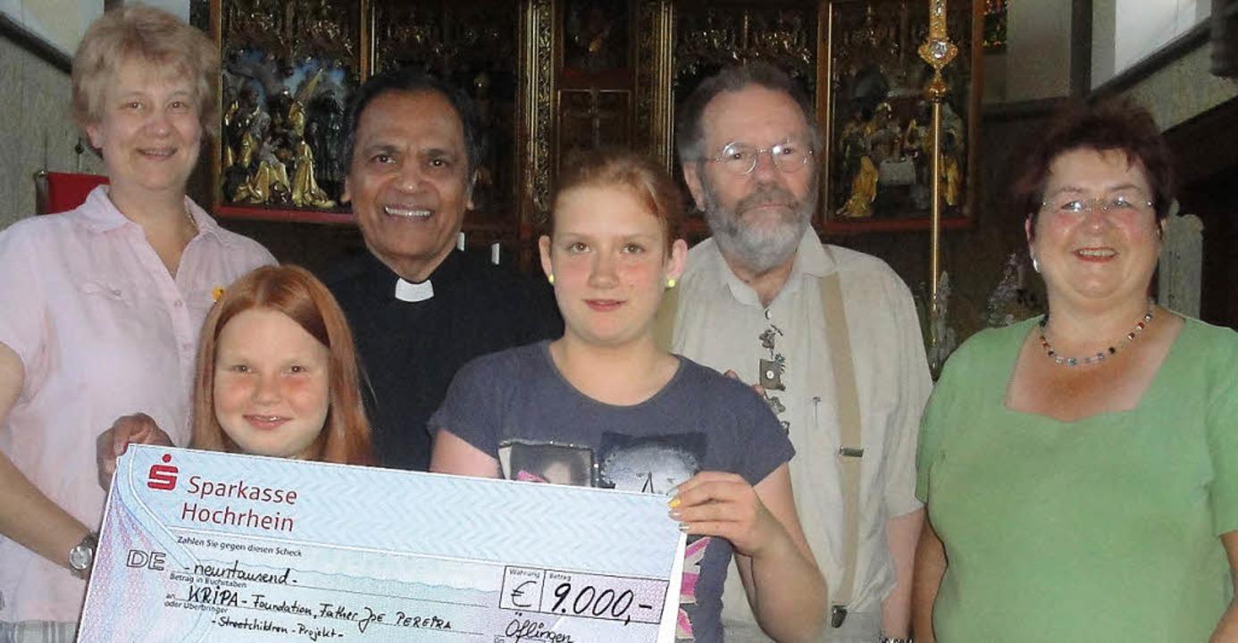 Einen Scheck über 9000 Euro an Father ...Loritz und Monika Berger (von links).   | Foto: Hansjörg Bader