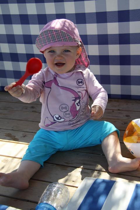 Mit ihrem süßen Badesonnenschutzanzug ...n Hygiene-Regeln im Steinener Freibad.  | Foto: Privat