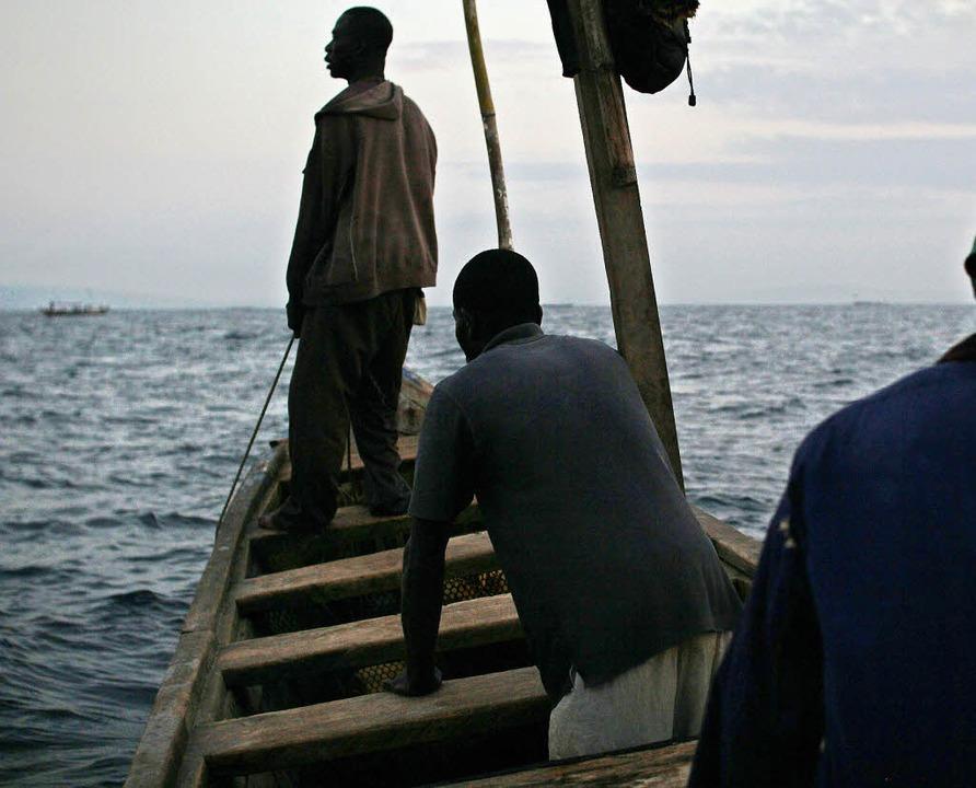 Die Fischer James, Ahene und Joshua  b... auf die leeren Fanggründe ihrer Väter  | Foto: Philipp Lichterbeck