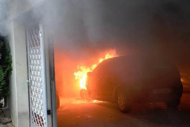 Auto brennt in Tiefgarage