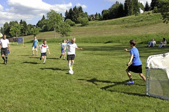 Junge Kicker eifern ihren großen Vorbildern nach