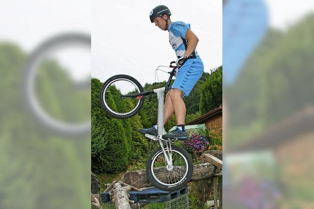 Hüpfen auf dem Rad ohne Sattel