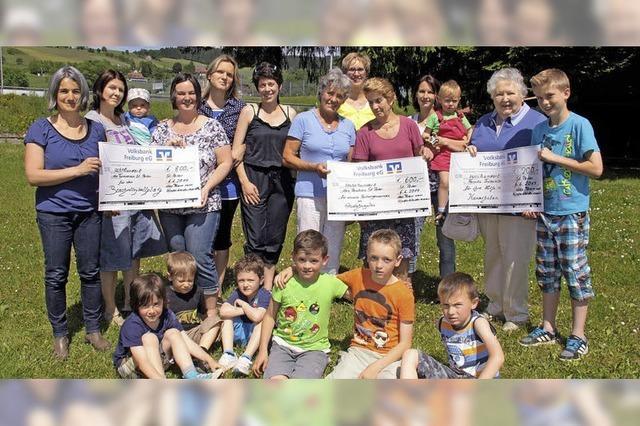 Kleidermarkt-Team überreicht Geldspenden
