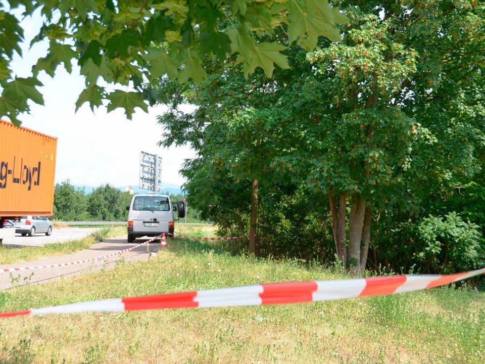 Der abgesperrte Tatort: der Parkplatz beim Grenzübergang bei Neuenburg   | Foto: Babeck-Reinsch