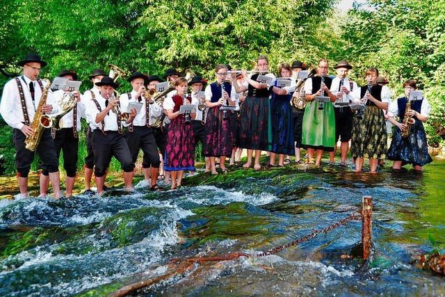 Simonswälder Trachtenkapelle steigt in die Wilde Gutach