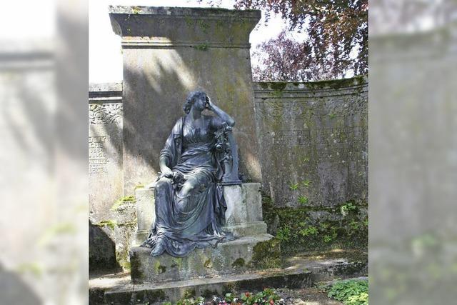 Ein Kreuz am Grabmal sorgt für Irritationen
