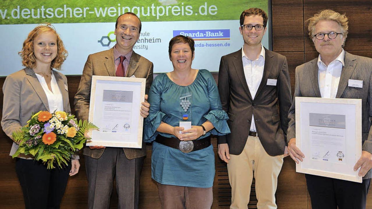 Die ersten drei Preisträger mit der De...nd Martin Zotz (Weingut Julius Zotz).     Foto: zvg