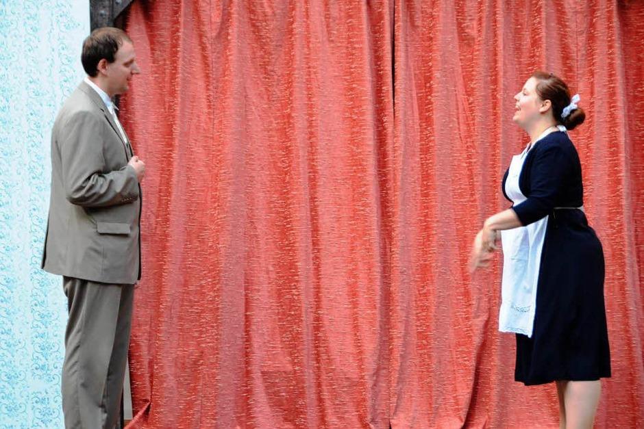 Mongicourt (Lutz Konkol) möchte seinen Kollegen besuchen, Toinette (Simone Bockstahler) sieht da ein kleines Problem. (Foto: Sylvia-Karina Jahn)