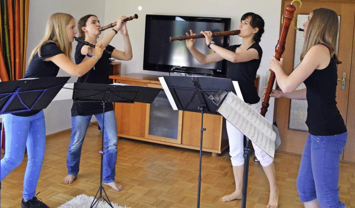 Energiegeladene Probe nach dem erfolgr... Lea Eglin und Anja Arend (von links).  | Foto: Sebastian Heilemann