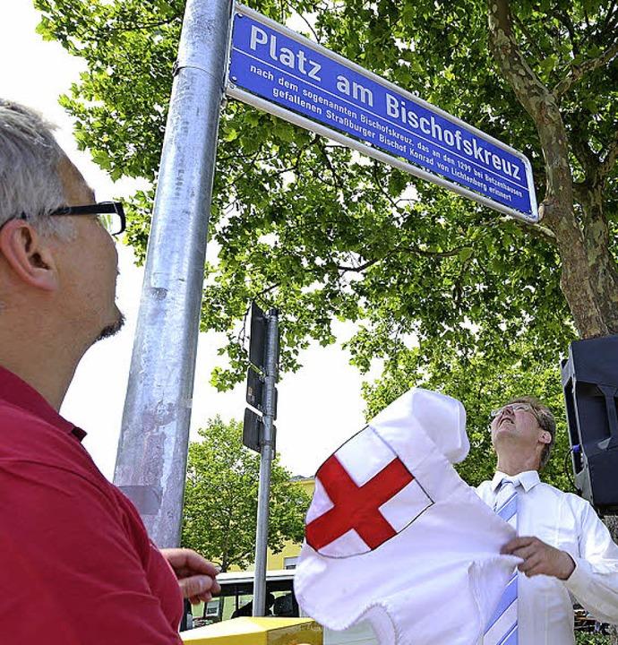 Sozialbürgermeister Ulrich von Kirchbach (rechts) enthüllte das neue Schild.    Foto: Rita Eggstein