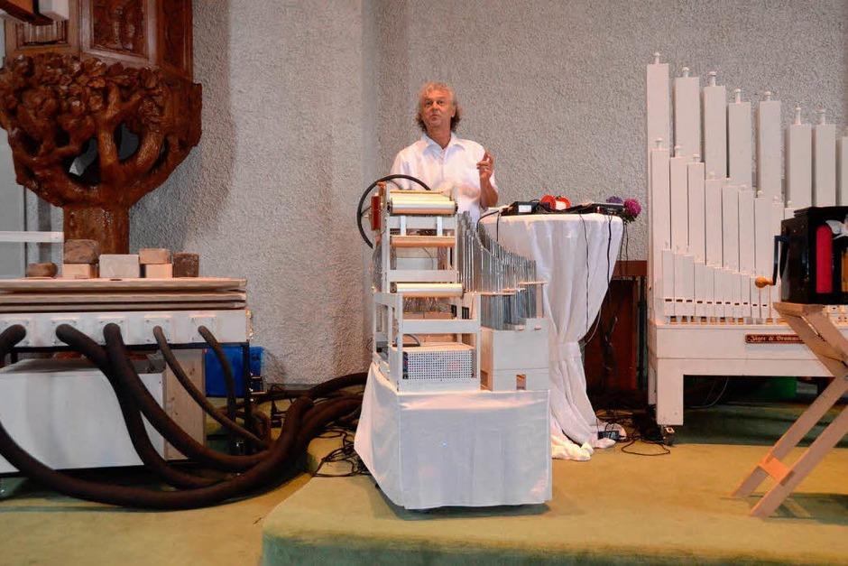 Adrian Oswalt mit seiner XXXL-Orgel in der evangelischen Kirche (Foto: Sylvia Timm)