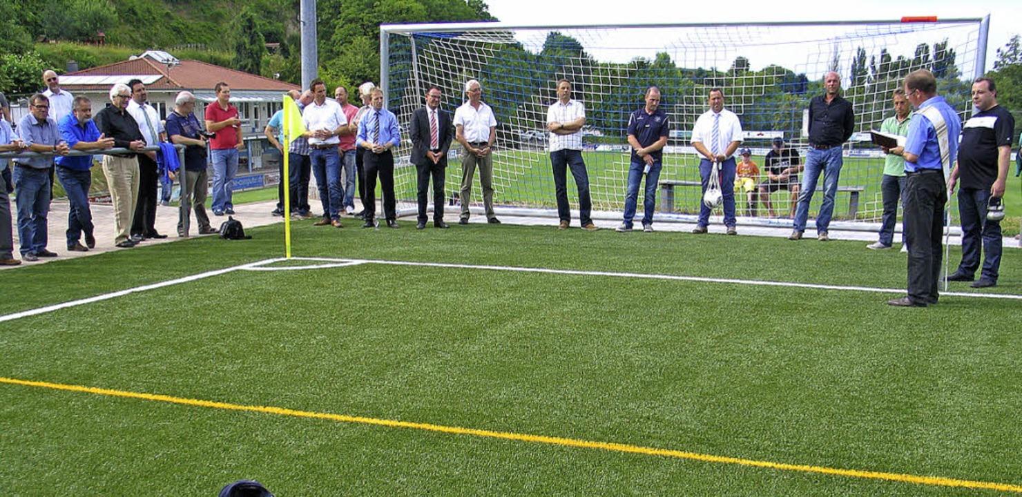 Im Beisein zahlreicher Gäste segnete D...eitagnachmittag das neue Spielgelände.  | Foto: Helmut Hassler