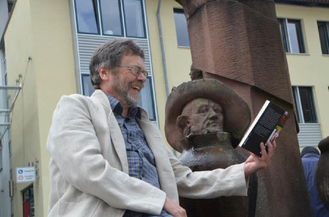 Autoren unter sich: Thomas Erle am Goethe-Brunnen am Kleinen Marktplatz  | Foto: Sylvia-Karina  Jahn