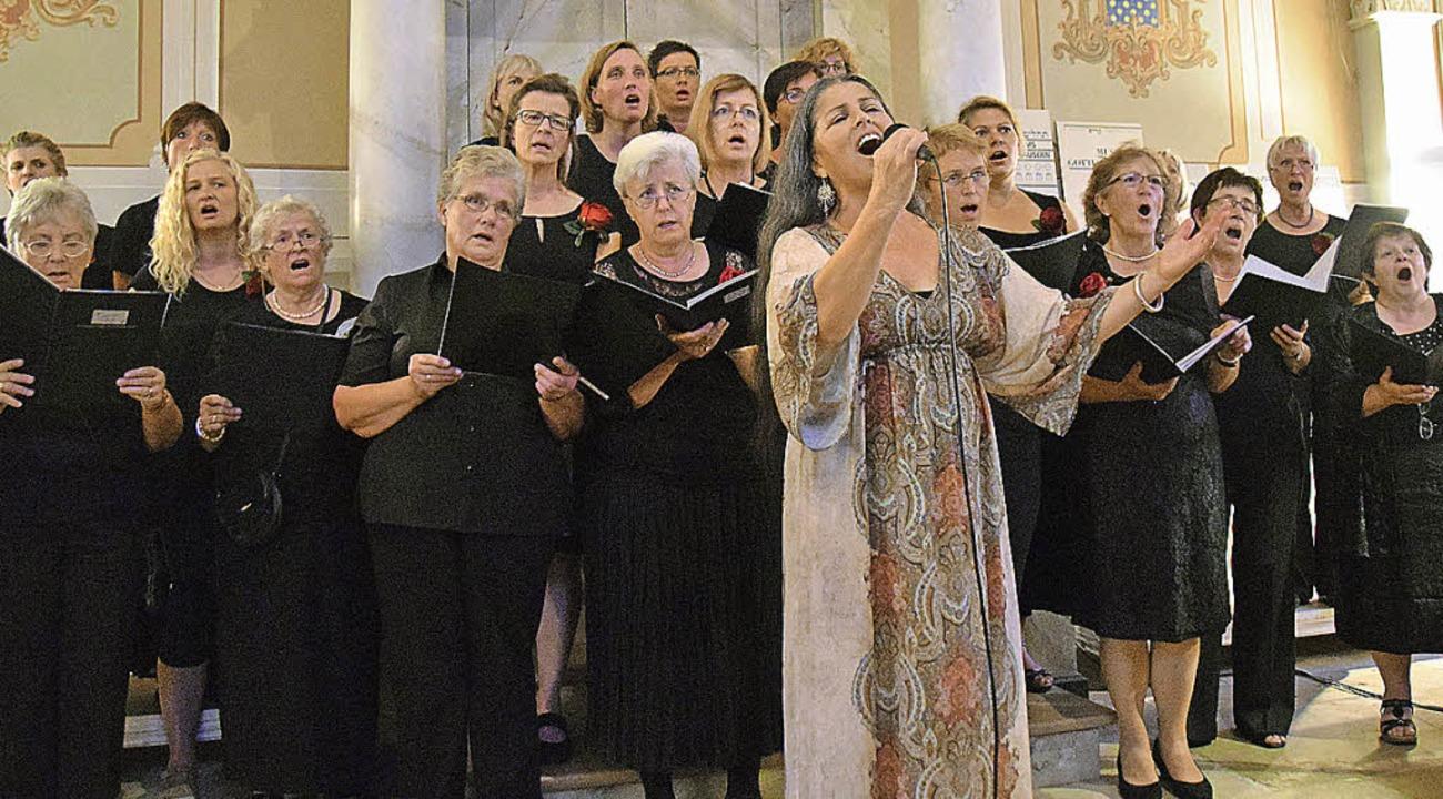 Maly Levy trägt mit dem Chor hebräische Lieder vor.   | Foto: ehrlich