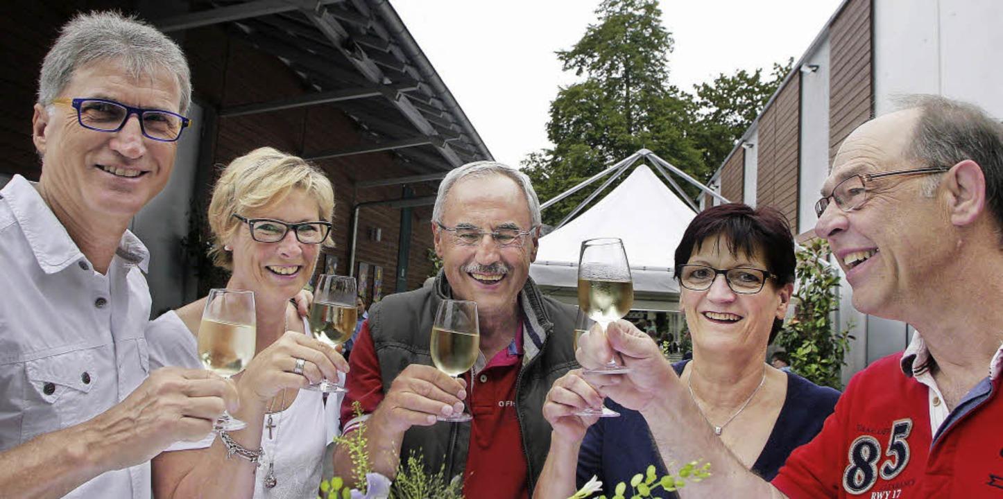 Die Gäste beim Weinfest auf dem Weingu...n sich den neuen Jahrgang  schmecken.   | Foto: Heidi Fössel