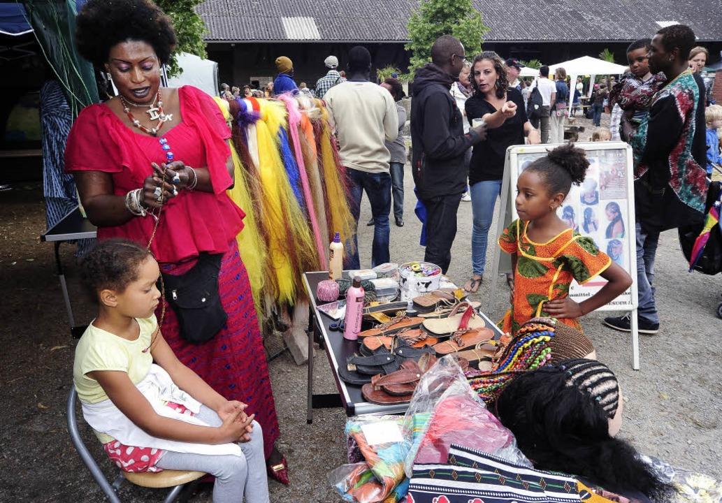 <Text>Beim Afrikafest auf dem Mundenho...uch Rastazöpfe flechten lassen.</Text>  | Foto: Thomas Kunz