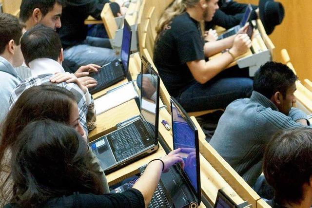 Handy und Laptop lenken Studenten häufig ab