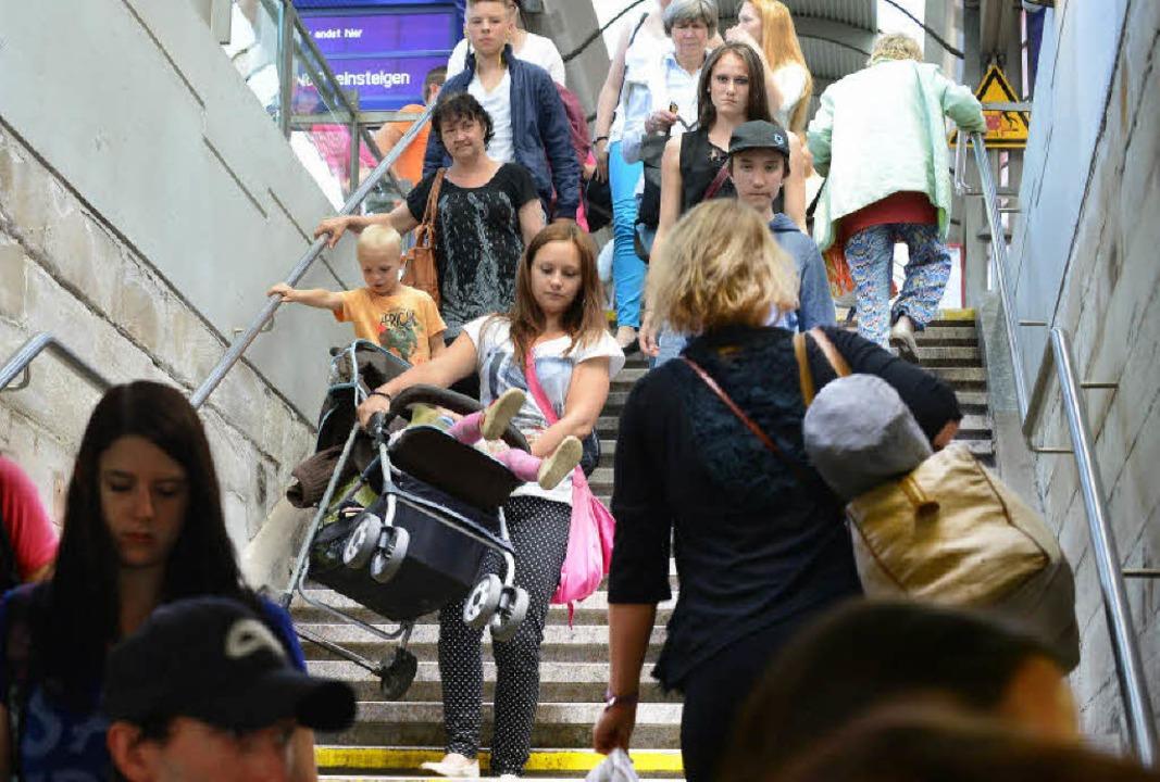 Wer mit Kinderwagen am Hauptbahnhof  a...den Aufzug nicht findet, muss tragen.   | Foto: Rita Eggstein