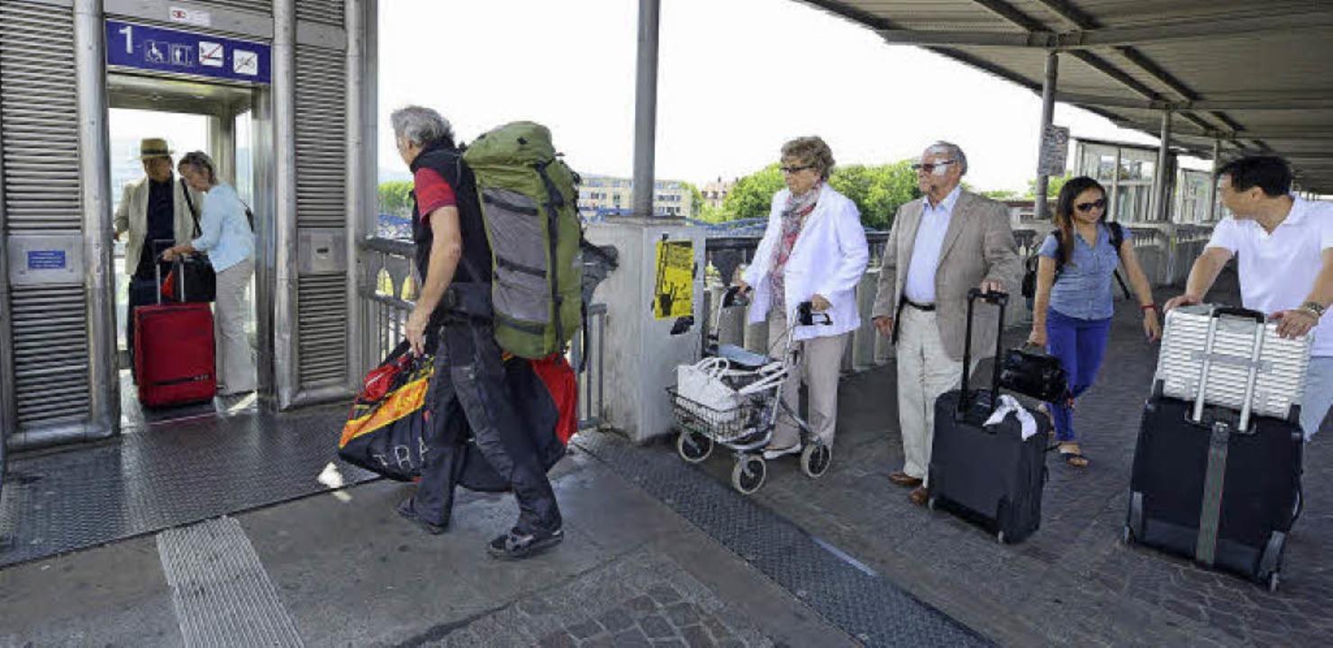 Weite Wege: per Aufzug über die Stadtbahnbrücke von Gleis zu Gleis.  | Foto: Rita Eggstein