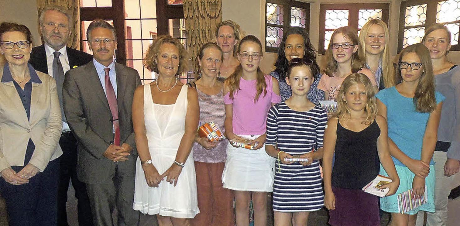 Elisabeth Glück (links) verlieh den Sc...siums den Buchpreis der Gesellschaft.   | Foto: privat