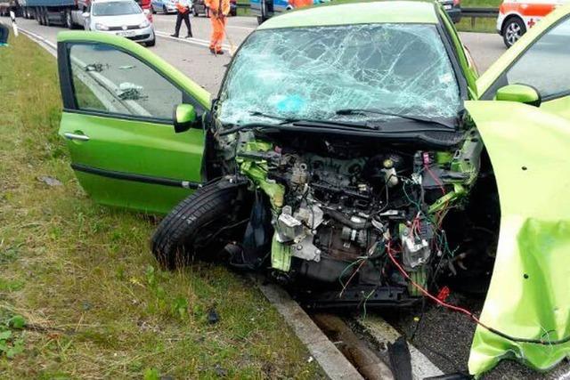 Laster drängt Kleinwagen in den Gegenverkehr – 8 Verletzte