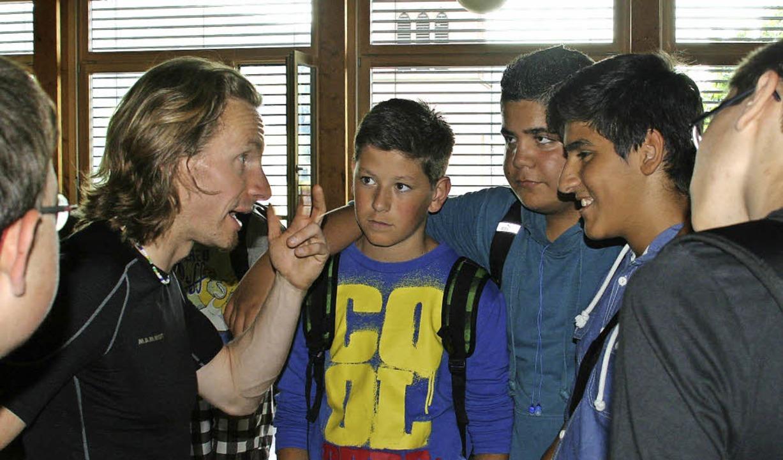 Aufmerksam lauschten die Hans-Thoma-Sc...und Motivationstrainer Norman Bücher.     Foto: Hans-Thoma-Schule/Pro Kids