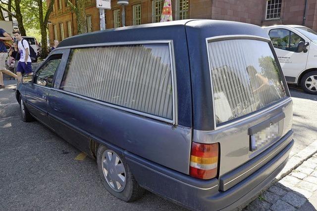 Der rätselhafte Leichenwagen vor der Freiburger Uni