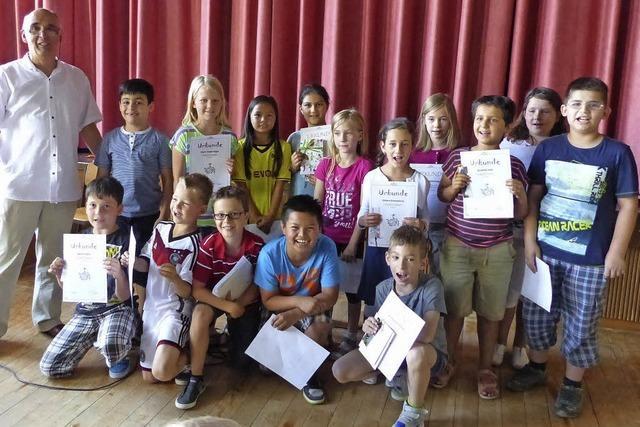 Grundschüler mit Freude am Lesen und an Büchern