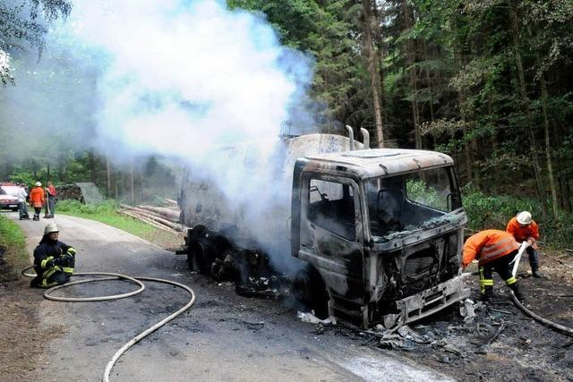 Straßenkehrmaschine brennt im Wald