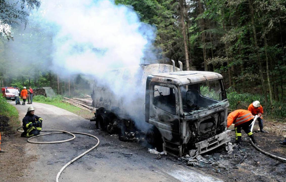 Die ausgebrannte Straßenkehrmaschine    Foto: WOLFGANG KUENSTLE