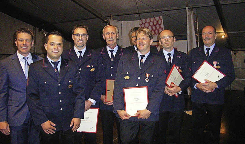 Für 25 Jahre aktiven Feuerwehrdienst g...Kommandant Thomas Muck (rechtes Bild).  | Foto: Johanna Högg