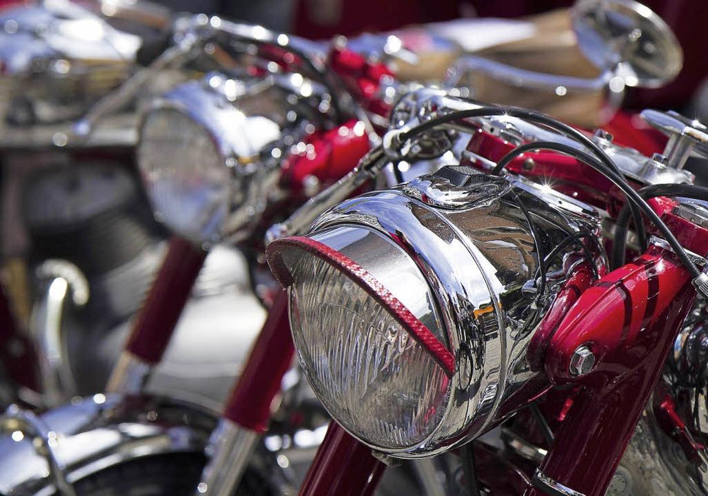 ...über Zweiräder mit Seltenheitswert ...s Oldtimerherzen höher schlagen lässt.  | Foto: Daniel Fleig