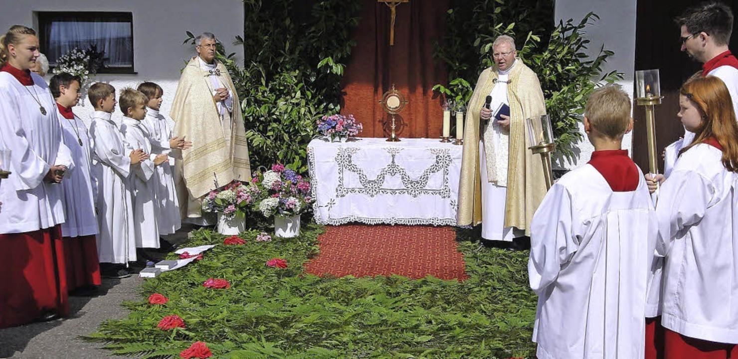 Auch eine Prozession mit einem Altar a...Fest des heiligen Ulrich in Öflingen.   | Foto: Hansjörg Bader