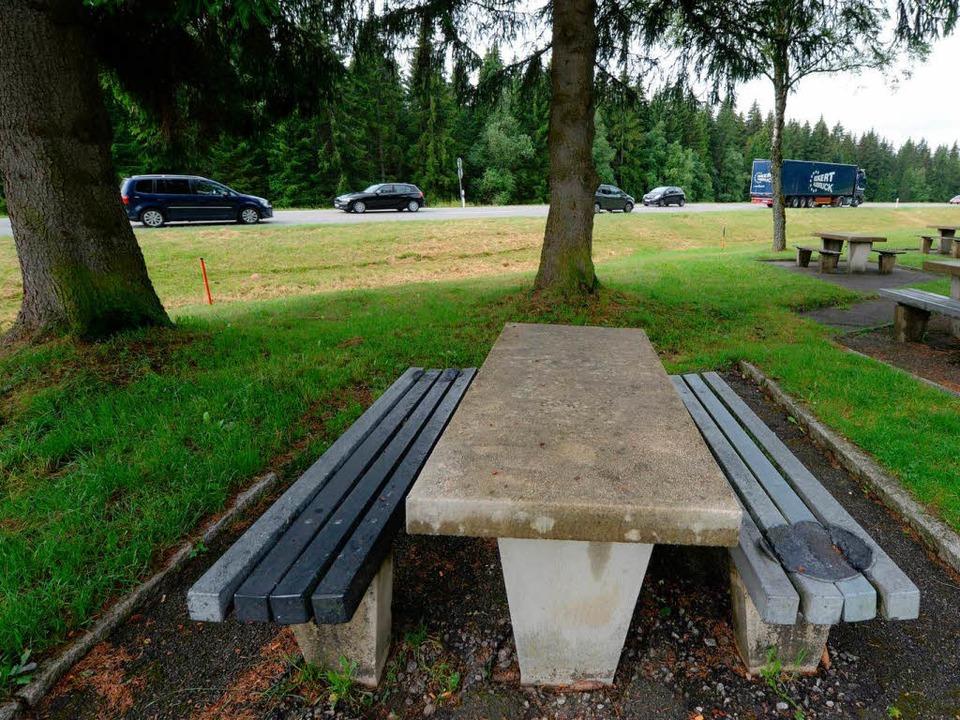 Auf diesem Parkplatz an der B31 wurde ...rige von seinen Eltern zurückgelassen.  | Foto: dpa