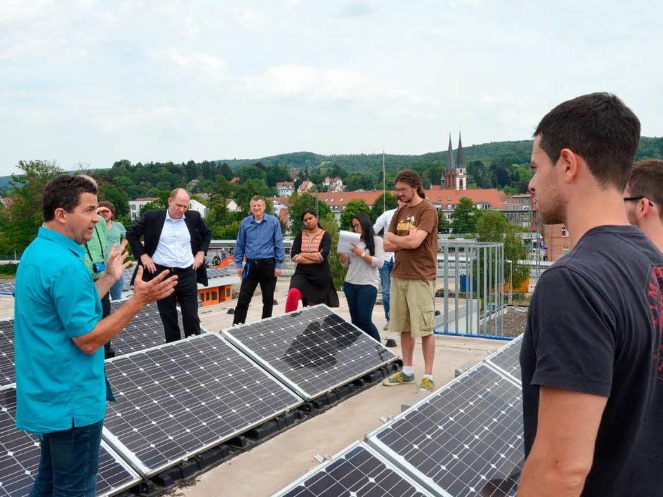 Aufs Dach stiegen die Studenten des Ma...Funktionsweise der Fotovoltaikanlage.     Foto: Gerhard Walser