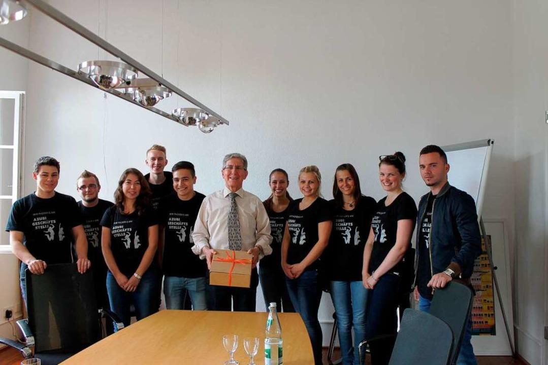 Die BZ-Azubis bei Oberbürgermeister Wolfgang G. Müller  | Foto: Privat
