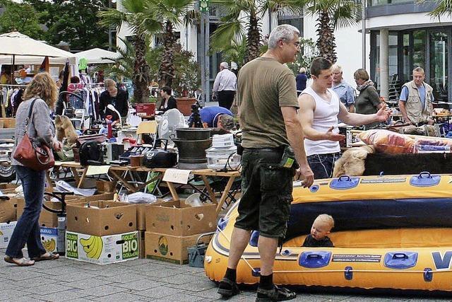 Sogar ein Schlauchboot ist beim Flohmarkt zu haben
