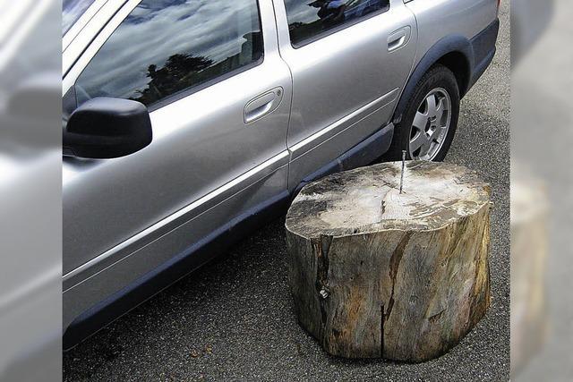 Holzklotz prallt gegen Auto