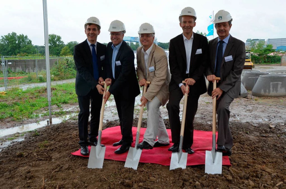 Jörg Lutz (von links), Hagen Pfundner,...sten Spatenstich bei der Kesslergrube.  | Foto: Ralf H. Dorweiler