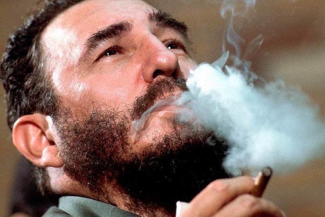 Fidel Castro raucht neben Ludwig Erhard