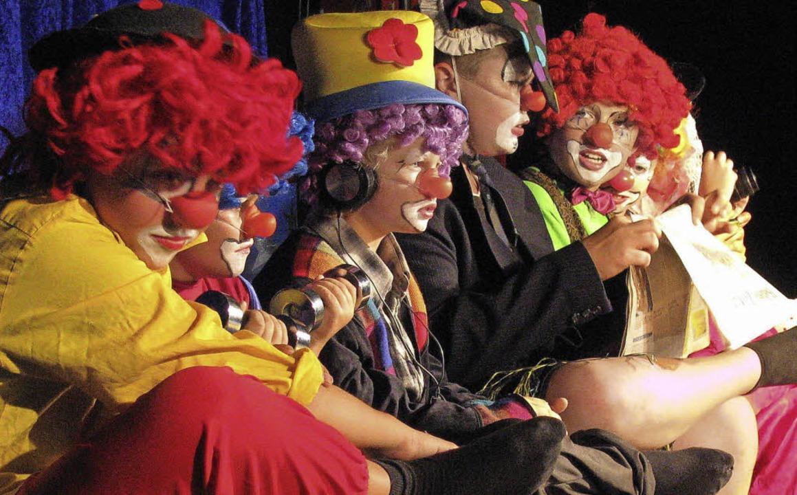 Geschminkt wie echte Clowns warten die Schüler auf ihren großen Auftritt.  | Foto: Manfred Lange