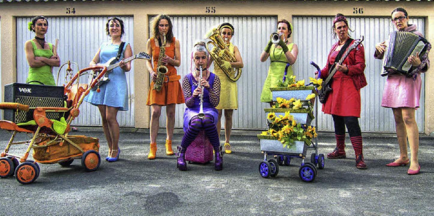 Schräge Musikerinnen: Das Mile Orchestra spielt in ihren knalligen Klamotten.     Foto: Promo