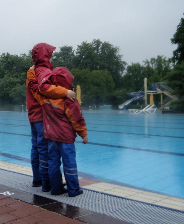 Nass von allen Seiten – das Freibad bei 16 Grad und Regen  | Foto: Anselm Bußhoff