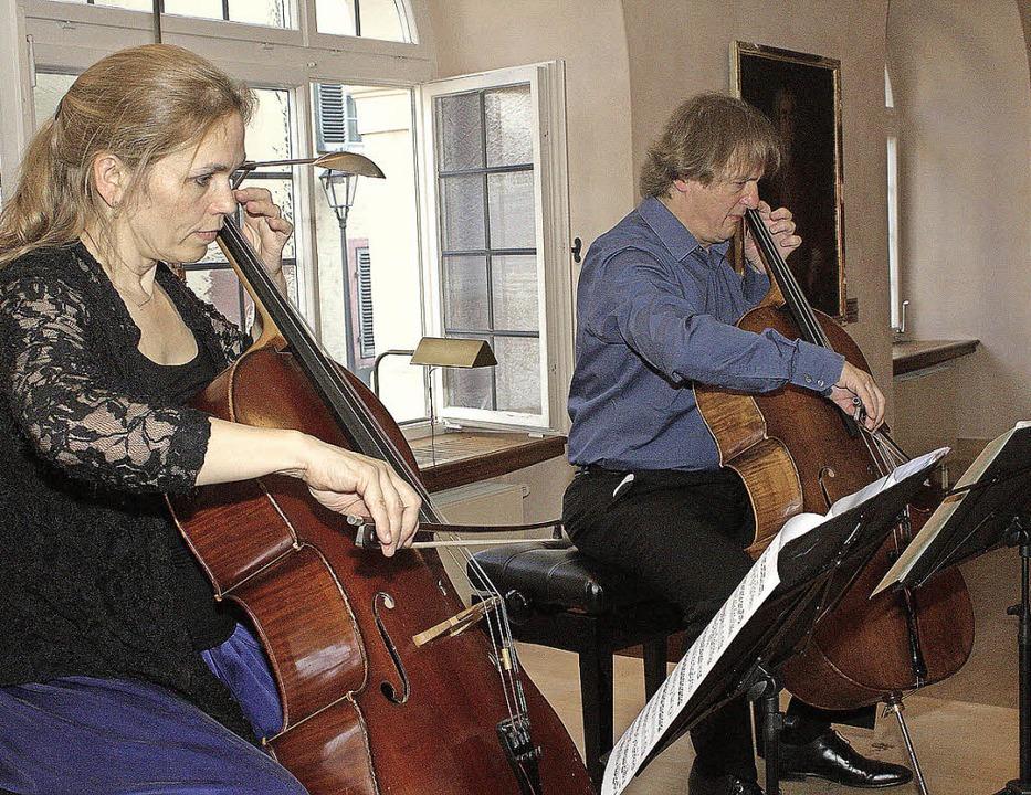 Musizierkunst für zwei Celli: Pascale Went und Gregor Horsch   | Foto: ADRI