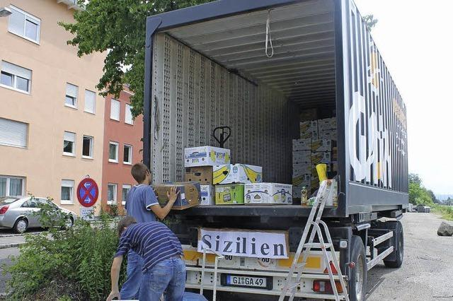 Zwei Lastwagen voller Spenden gefüllt