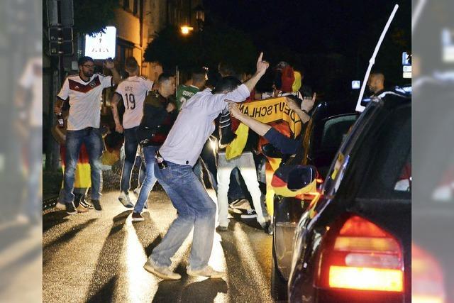 Fans feiern ausgelassen auf den Straßen